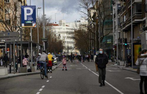 Varias personas pasean por la calle Fuencarral, tras la recuperación de las peatonalizaciones provisionales después del paso de la borrasca Filomena en Madrid (España), a 31 de enero de 2021.  Las calles cortadas al tráfico cuentan 6, 4 kilómetros en siete tramos de siete distritos, reservando 66.00 metros cuadrados de calzada para peatones durante los sábados, domingos y festivos. 31 ENERO 2021;PEATONES;CALLES CORTADAS;PERSONAS;PASEAR Jesús Hellín / Europa Press 31/1/2021