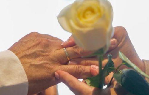 una-pareja-se-coloca-las-alianzas-en-la-celebracion-de-su-boda